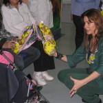 L'attrice Monica Vallerini consegna le uova di Pasqua a due piccoli pazienti di oncoematologia pediatrica